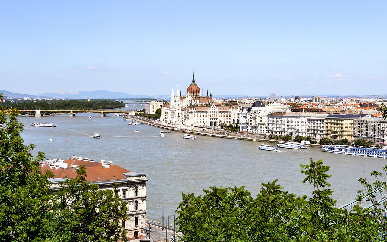 Blick-Donau-Parlament-Budapest