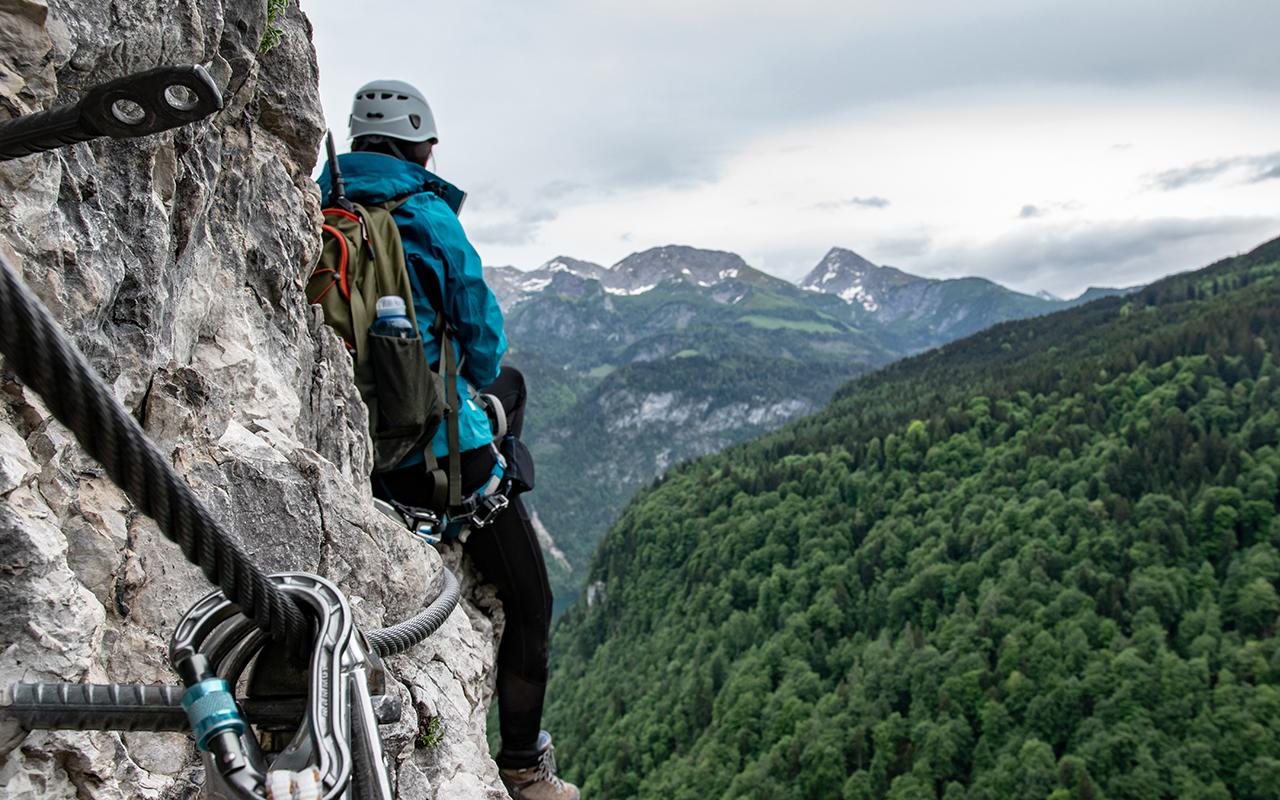 Grünstein Klettersteig Karabiner im Fels