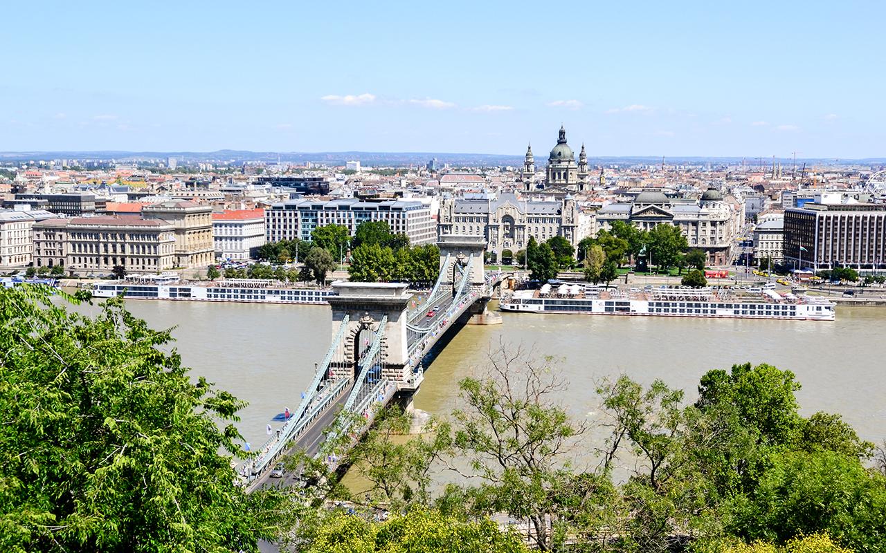 Kettenbruecke-Budapest-vom-Palast